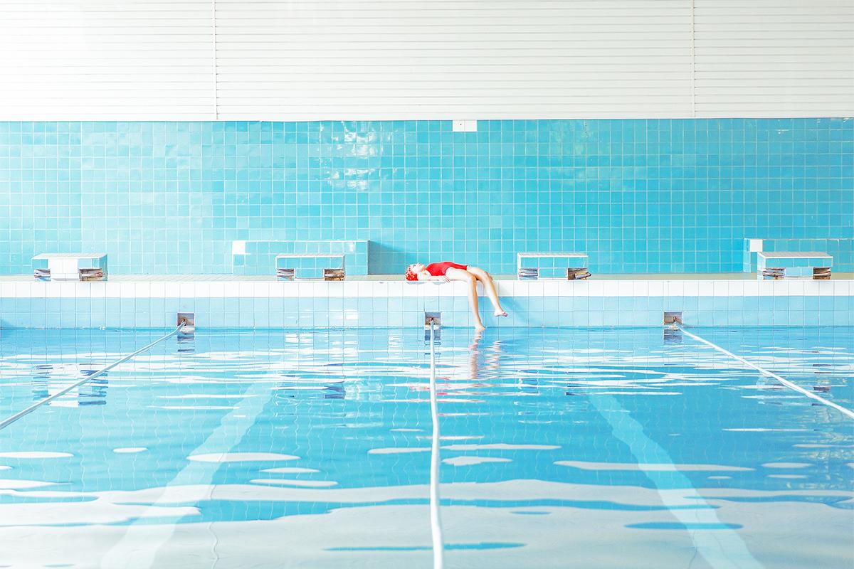 梦境般的治愈色调!摄影师Maria Svarbova打造游泳池畔的寂静瞬间